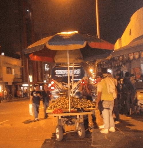 """Ventas ambulantes de """"Carretilleros"""". Medellín"""