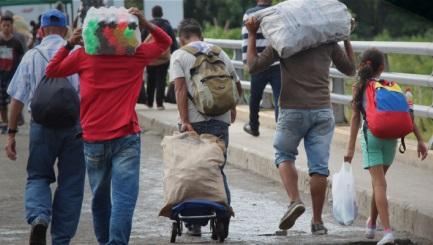Venezolanos cruzan la frontera con Colombia en difíciles circunstancias  / Foto Migración Colombia