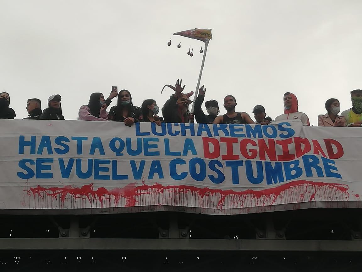 La juventud es la protagonista del grito por dignidad que resuena en este paro nacional . Cartel ubicado en Portal de la Resistencia en Bogotá / Foto Andrés Medellín