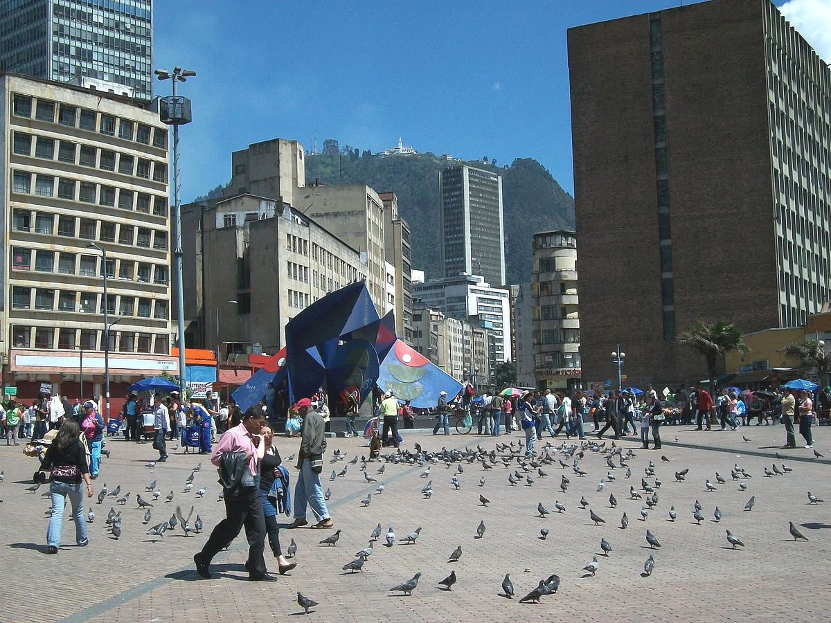 Fotografía. Restrepo Acosta, F. (2010). Plaza San Victorino, Bogotá con escultura de Edgar Negret, «Mariposa». Recuperado a partir de https://commons.wikimedia.org/wiki/File:San_Victorino.JPG
