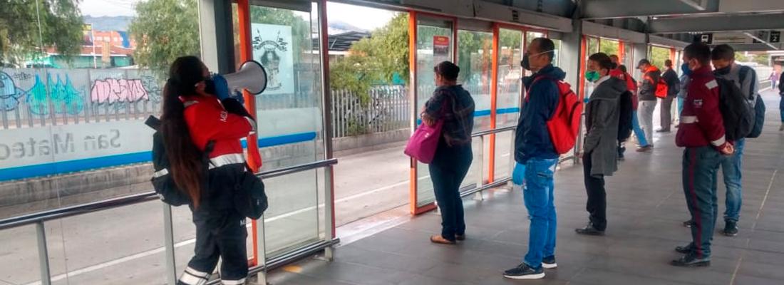 Pasajeros esperan bus en estación de Transmilenio / foto referencial de Transmilenio