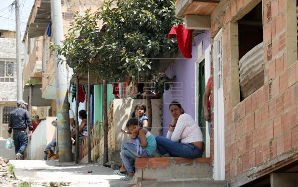 Trapos rojos en Bogotá para pedir ayuda / Foto EFE - Mauricio Dueñas Castañeda